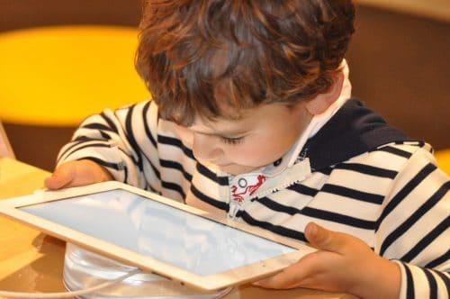 enfant avec une tablette