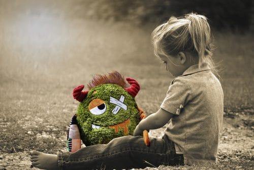 enfant avec une peluche