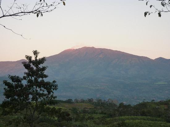 Coucher de soleil sur une colline